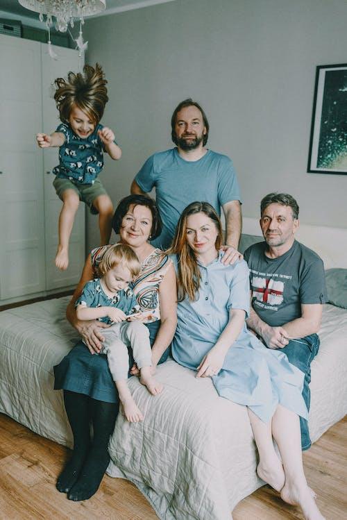 Familie Zittend Op Bed