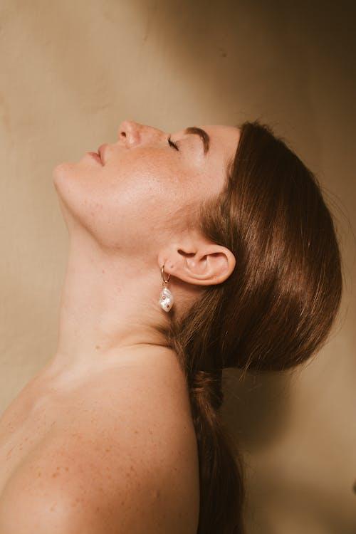 側面圖, 咖啡色頭髮的女人, 女人, 女性 的 免费素材照片