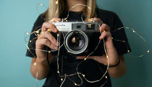 Δωρεάν στοκ φωτογραφιών με vintage φωτογραφική μηχανή, γυναίκα, ενήλικος, κάμερα