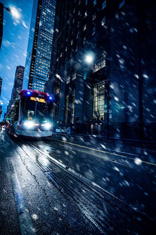 Gratis stockfoto met architectuur, autobus, bedrijf, beweging
