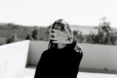 Kostnadsfri bild av beläggning, kvinna, stående, svartvita fotografier