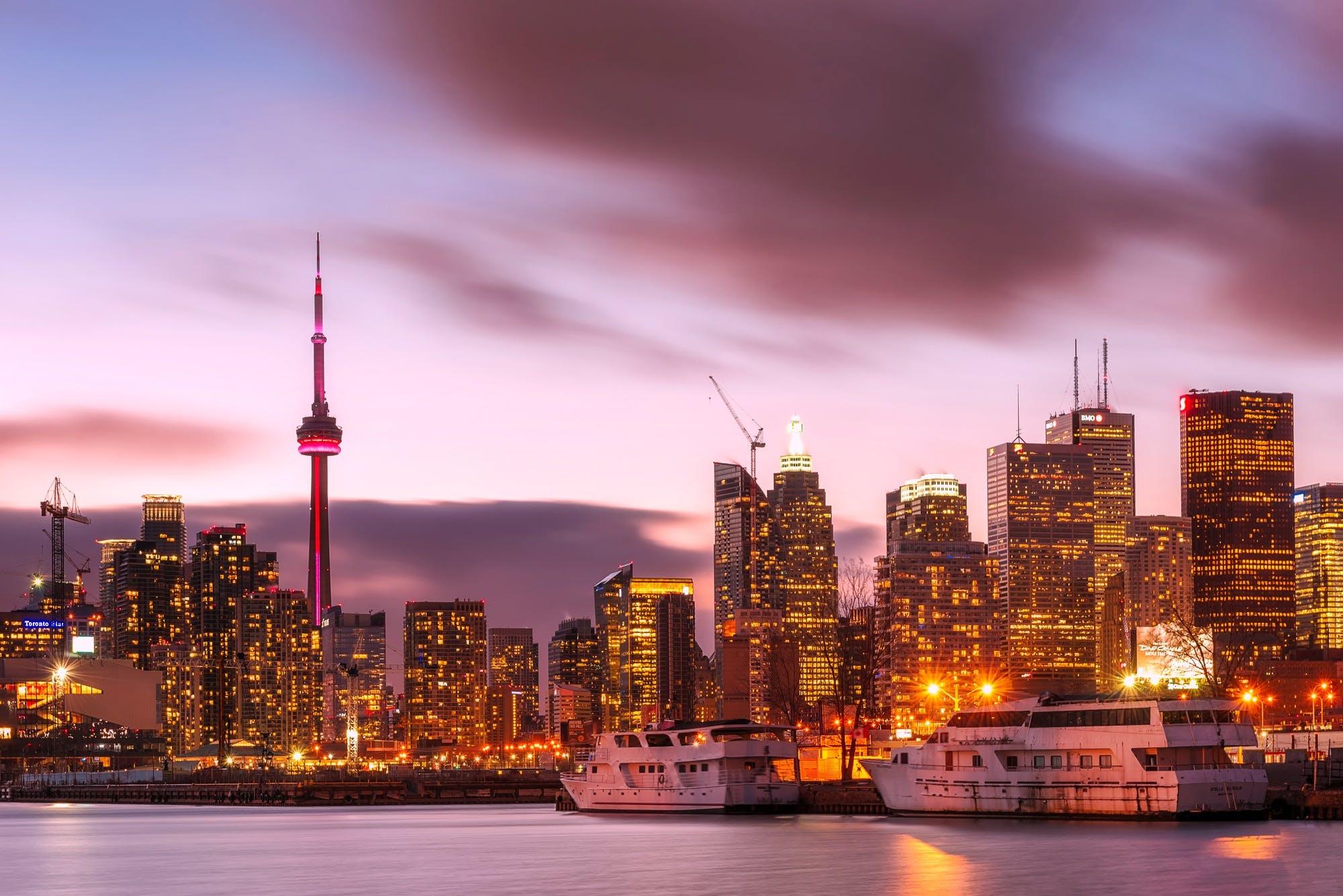 binalar, bulutlar, deniz kenarı, gemiler içeren Ücretsiz stok fotoğraf