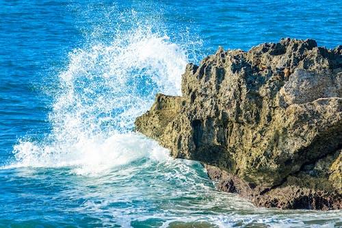 Ilmainen kuvapankkikuva tunnisteilla aallot, hiekkaranta, kallio, kesä