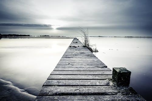 ahşap iskele, akşam, bulutlar, çim içeren Ücretsiz stok fotoğraf