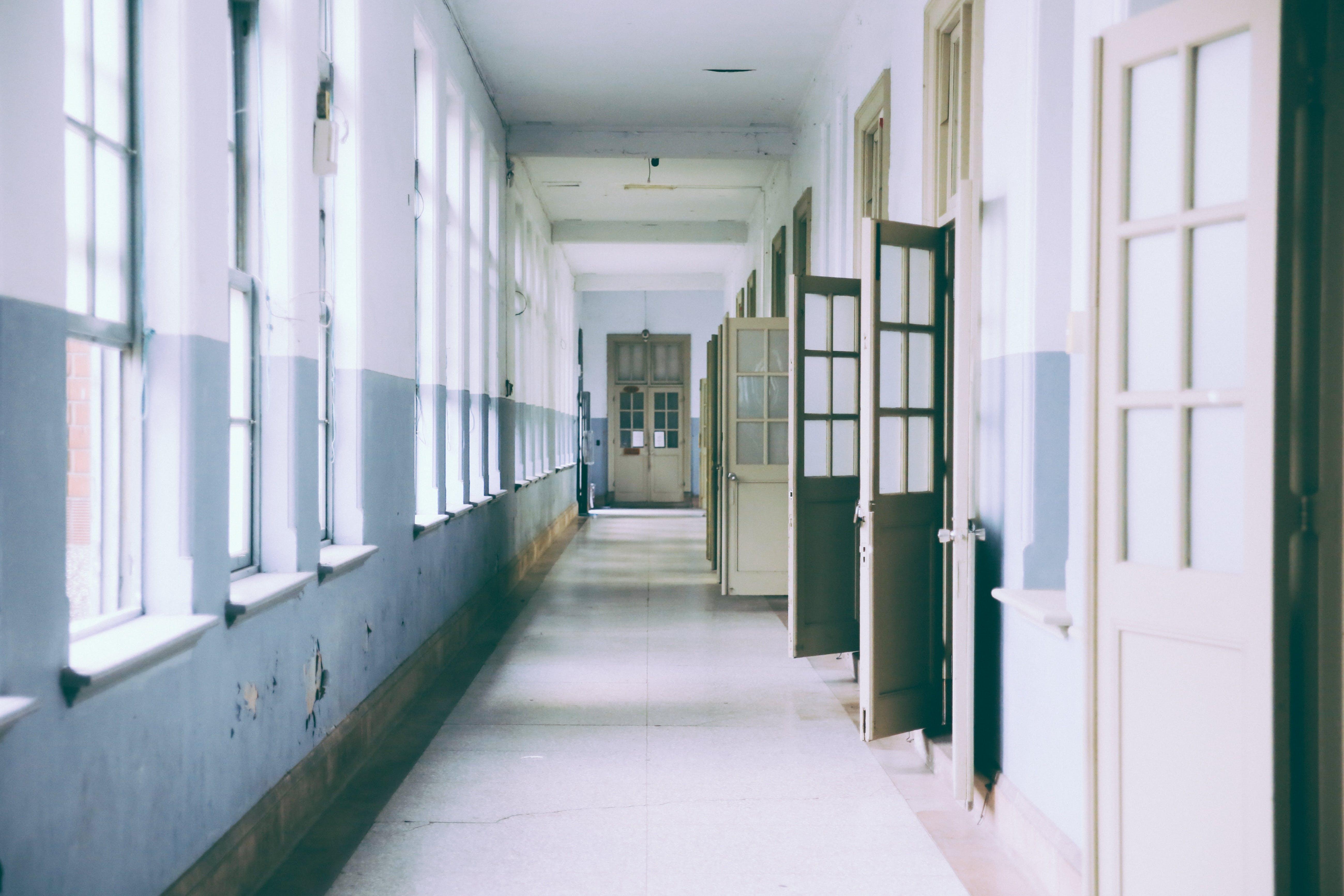 Darmowe zdjęcie z galerii z budynek, drzwi, klasa, korytarz
