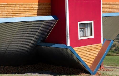 赤と黒のコンクリートの家
