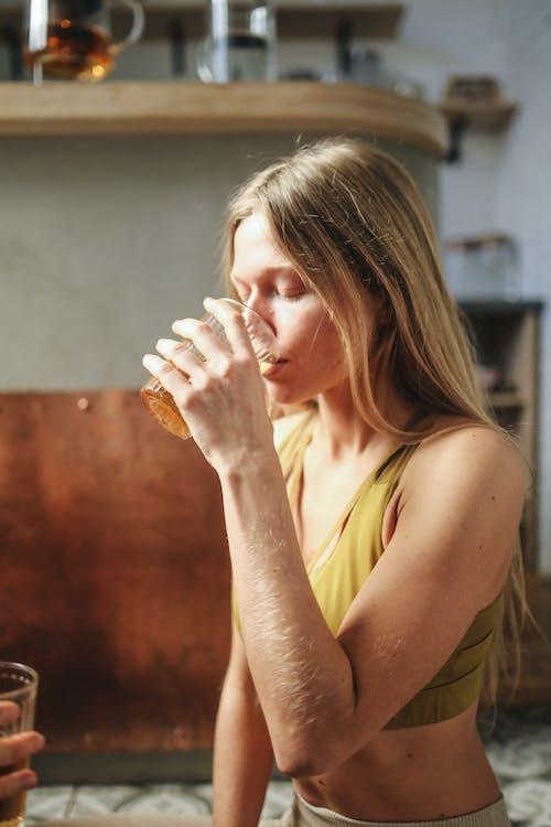 インドア, くつろぎ, コップ, のどが渇いての無料の写真素材