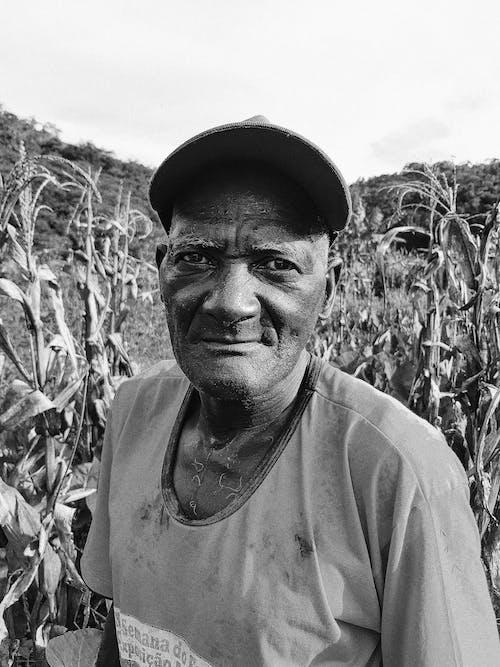 Foto En Blanco Y Negro De Un Hombre