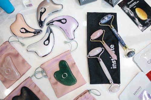 Безкоштовне стокове фото на тему «знімок продукту, косметичні продукти, кристали, лицьовий валик»