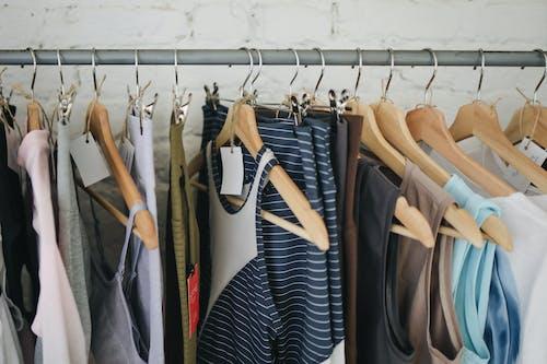 asılı, butik, çamaşırlar, Dükkan içeren Ücretsiz stok fotoğraf
