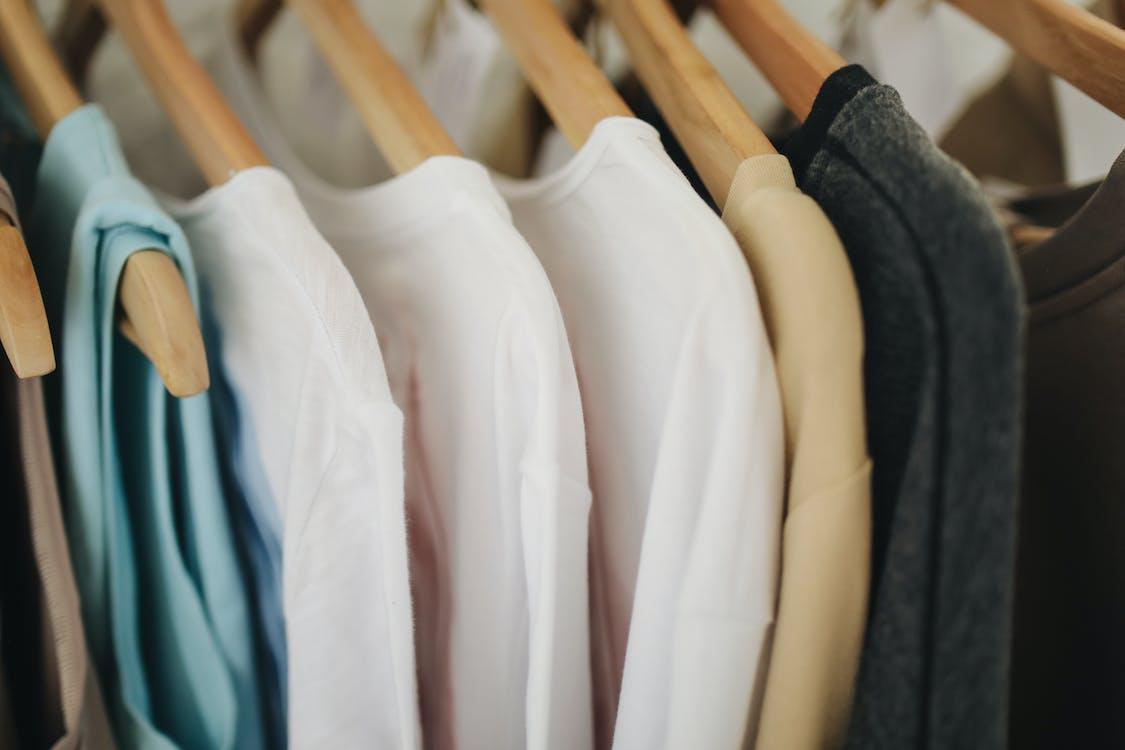 Camisas Blancas De Manga Larga En Percha De Madera Marrón