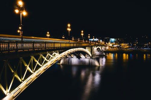 Gratis stockfoto met architectuur, brug, donker, gebouwen