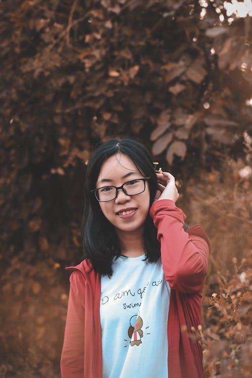 Бесплатное стоковое фото с белая рубашка, выражение лица, женщина, красная куртка