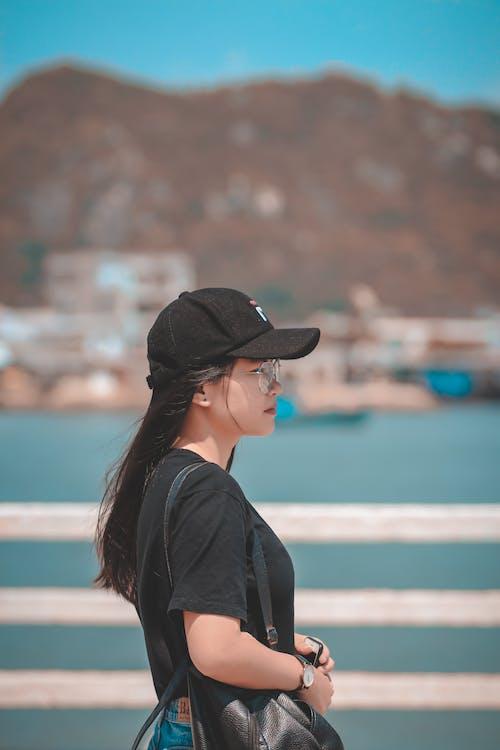 Základová fotografie zdarma na téma černá čepice, černá košile, černý klobouk, dioptrické brýle
