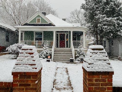 Casa De Madera Cubierta De Nieve Cerca De árboles