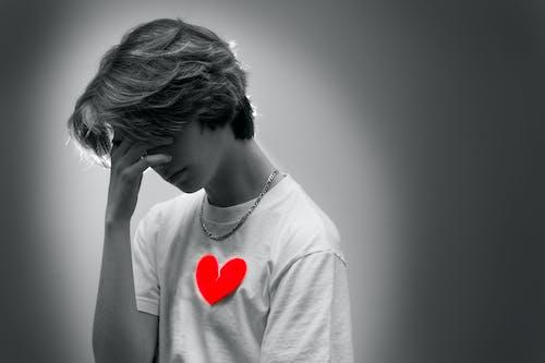 Δωρεάν στοκ φωτογραφιών με ασπρόμαυρο, καρδιά, κόκκινο, λυπημένος