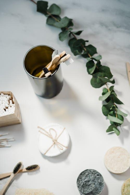 Tasse En Acier Argenté Avec Ruban Blanc Sur Table En Bois Blanc