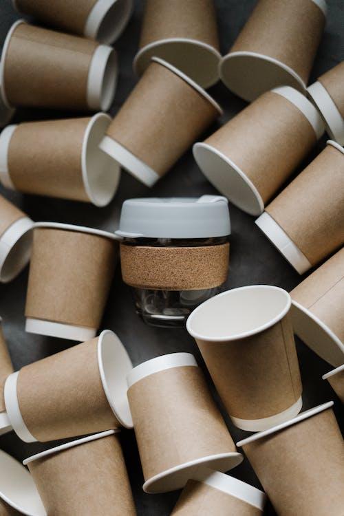 Foto profissional grátis de canecas, cartão, contêiner, copos de papel