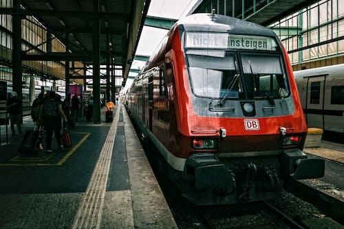 Czerwony Pociąg Na Dworcu