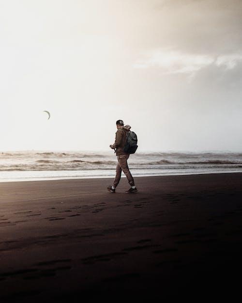 açık hava, adam, akşam karanlığı, boş zaman içeren Ücretsiz stok fotoğraf