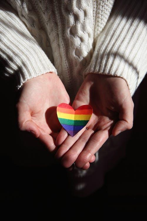 Pessoa Segurando Um Ornamento Colorido Em Forma De Coração