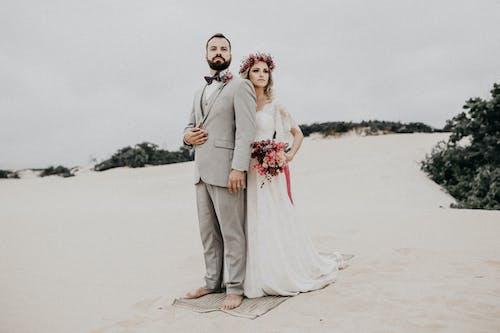 Бесплатное стоковое фото с белое платье, близость, брак, букет