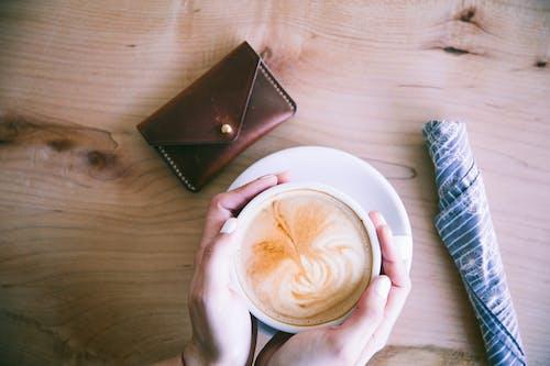 ahşap, Aşk, çanta, cappuccino içeren Ücretsiz stok fotoğraf