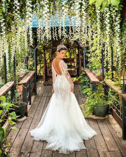 Základová fotografie zdarma na téma bílé šaty, chodník, dívání, dřevěný