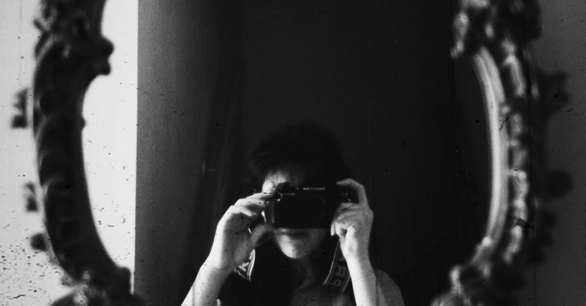 создаются автопортрет зеркальным фотоаппаратом первые годы
