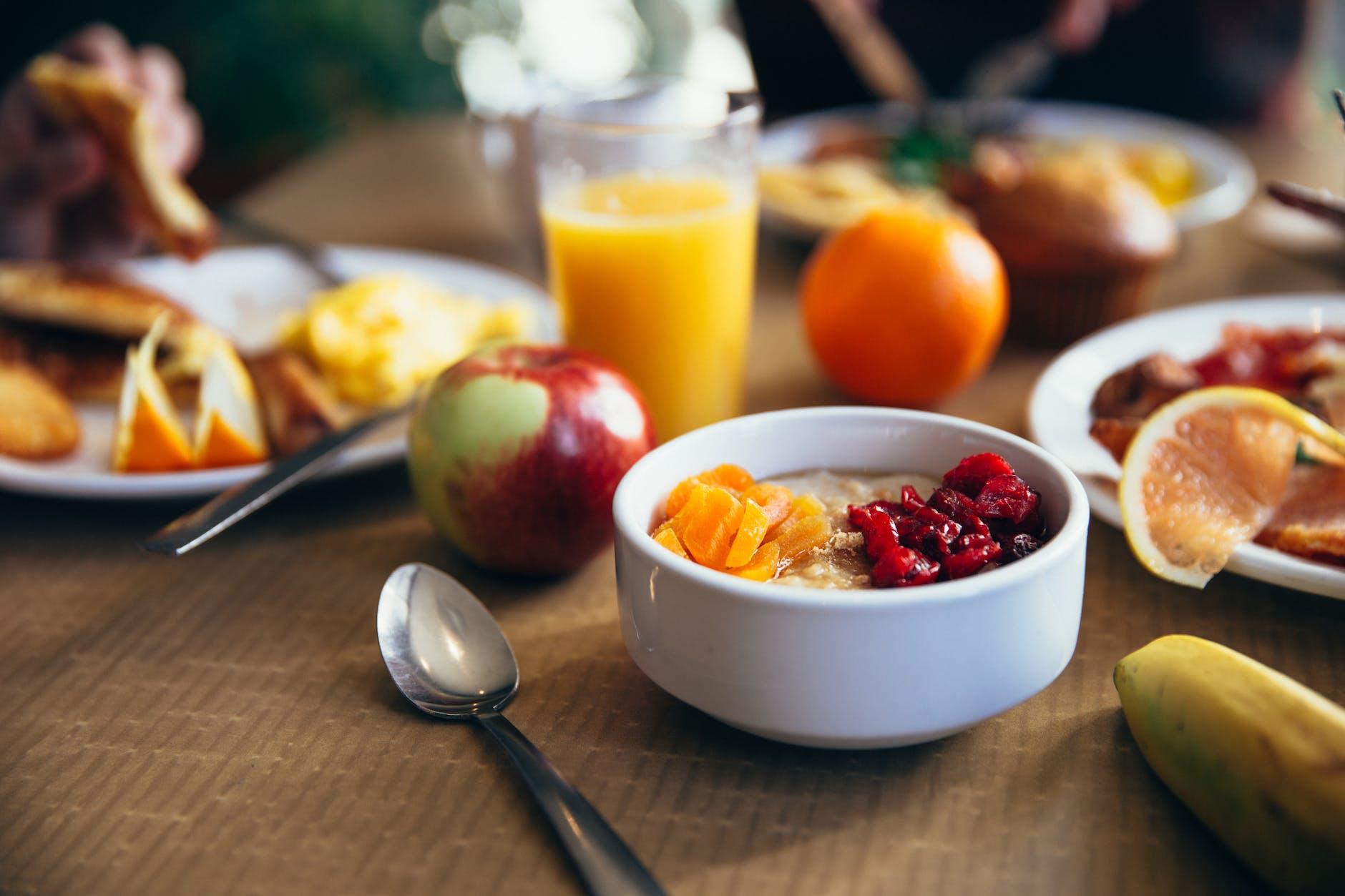 Ontbijt - Glas met jus d'orange en appels
