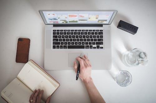 macbook, ガラス, キーボード, コンテンポラリーの無料の写真素材