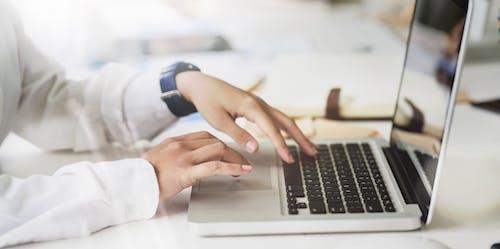 Gratis lagerfoto af arbejdsområde, bærbar, bærbar computer, close-up