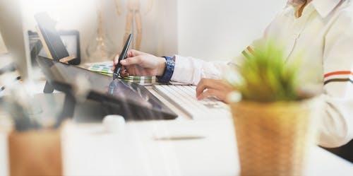 Foto profissional grátis de adulto, ambiente de trabalho, aparelho, atividade