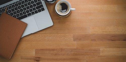 Ảnh lưu trữ miễn phí về bàn, bàn phím máy tính xách tay, cà phê, cafein