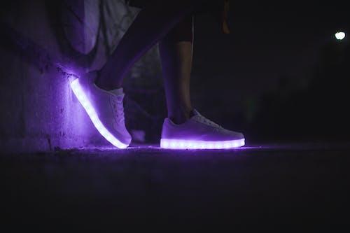 Kostenloses Stock Foto zu beine, beleuchtung, dunkel, fußbekleidung