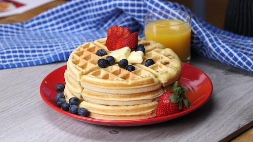 Gratis stockfoto met aardbei, aardbeien, besjes, bord