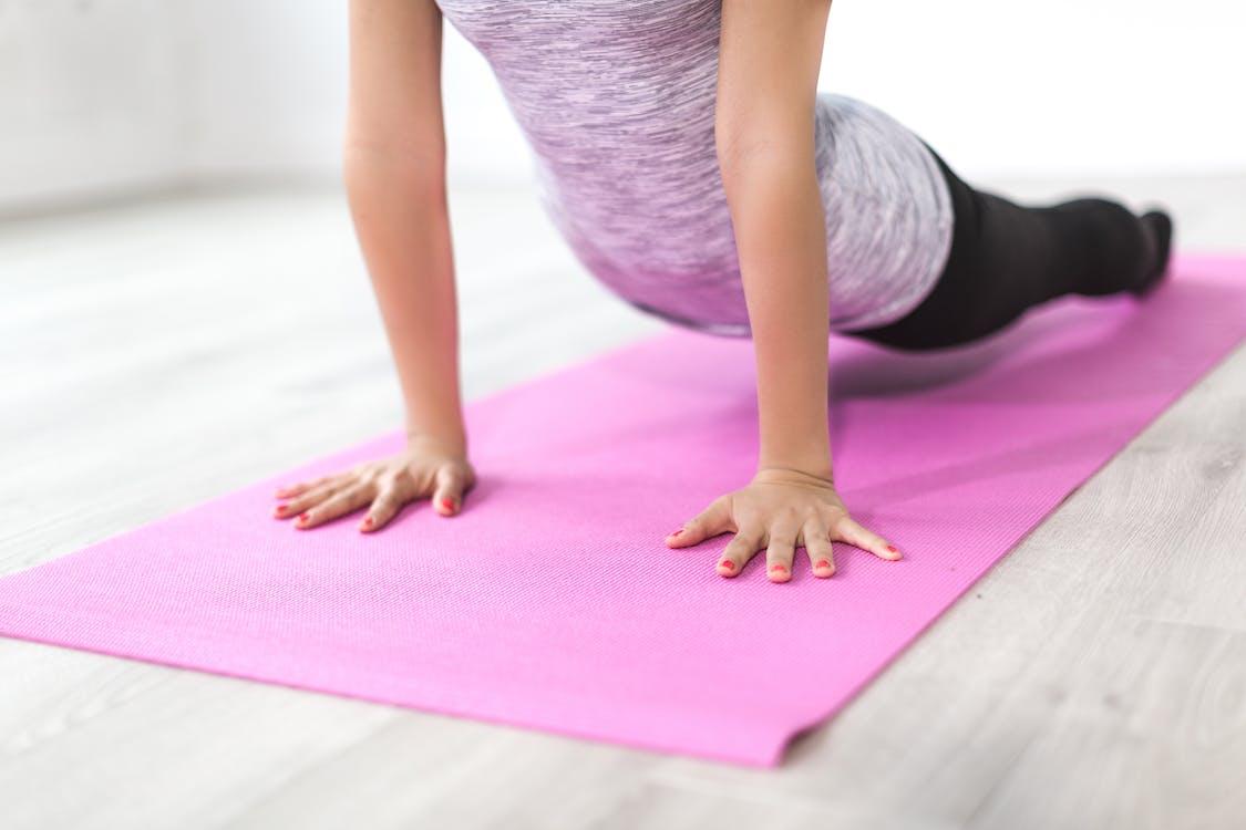 Zijwaartse plank yoga abs & arms