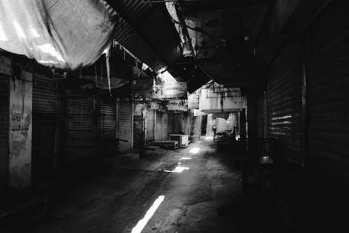 被遺棄的建築物的灰度照片