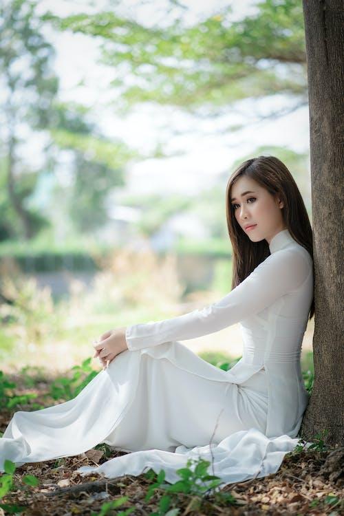 新娘禮服的夢想的肉慾的婦女在樹下