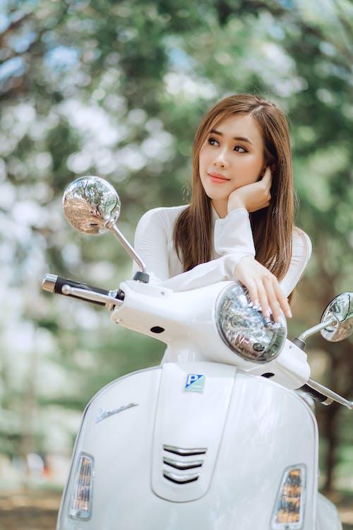 夢見老式摩托車上的族裔女人