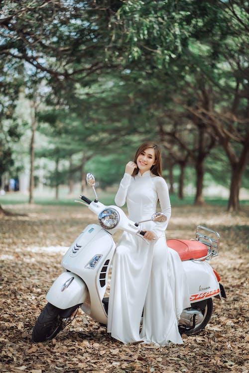 老式摩托車的幸福民族新娘