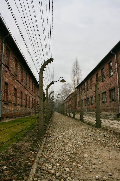 Ограничительный проволочный забор в промышленном районе