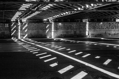 Základová fotografie zdarma na téma architektura, asfalt, budova, černobílá