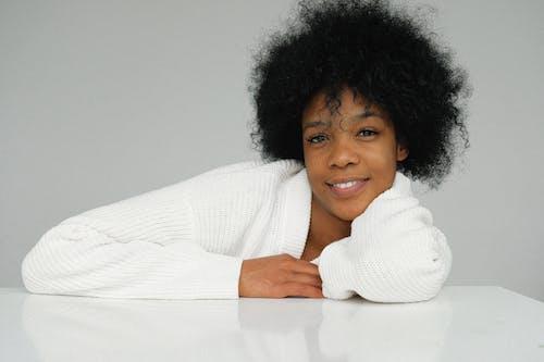 Ilmainen kuvapankkikuva tunnisteilla afrikkalainen nainen, afroamerikkalaiset naiset, harmaa tausta, hymyily