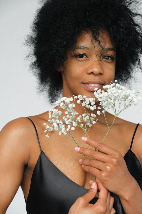 Femme En Haut à Bretelles Spaghetti Noir Avec Des Fleurs Blanches