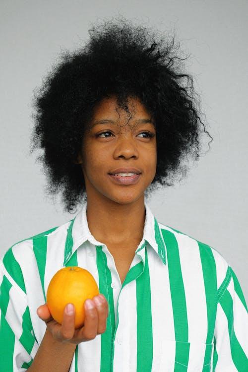 Darmowe zdjęcie z galerii z afroamerykanka, afrykańska kobieta, kobieta, koszula w paski