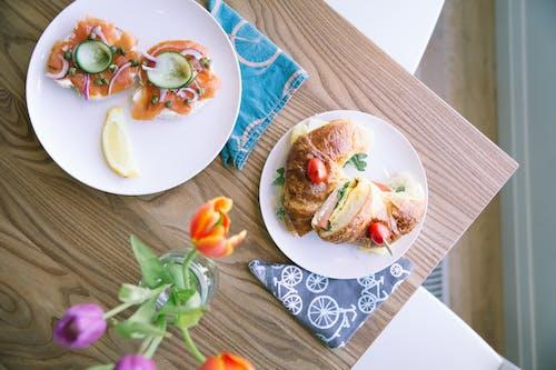 Gratis stockfoto met bloemen, bord, brood, eten