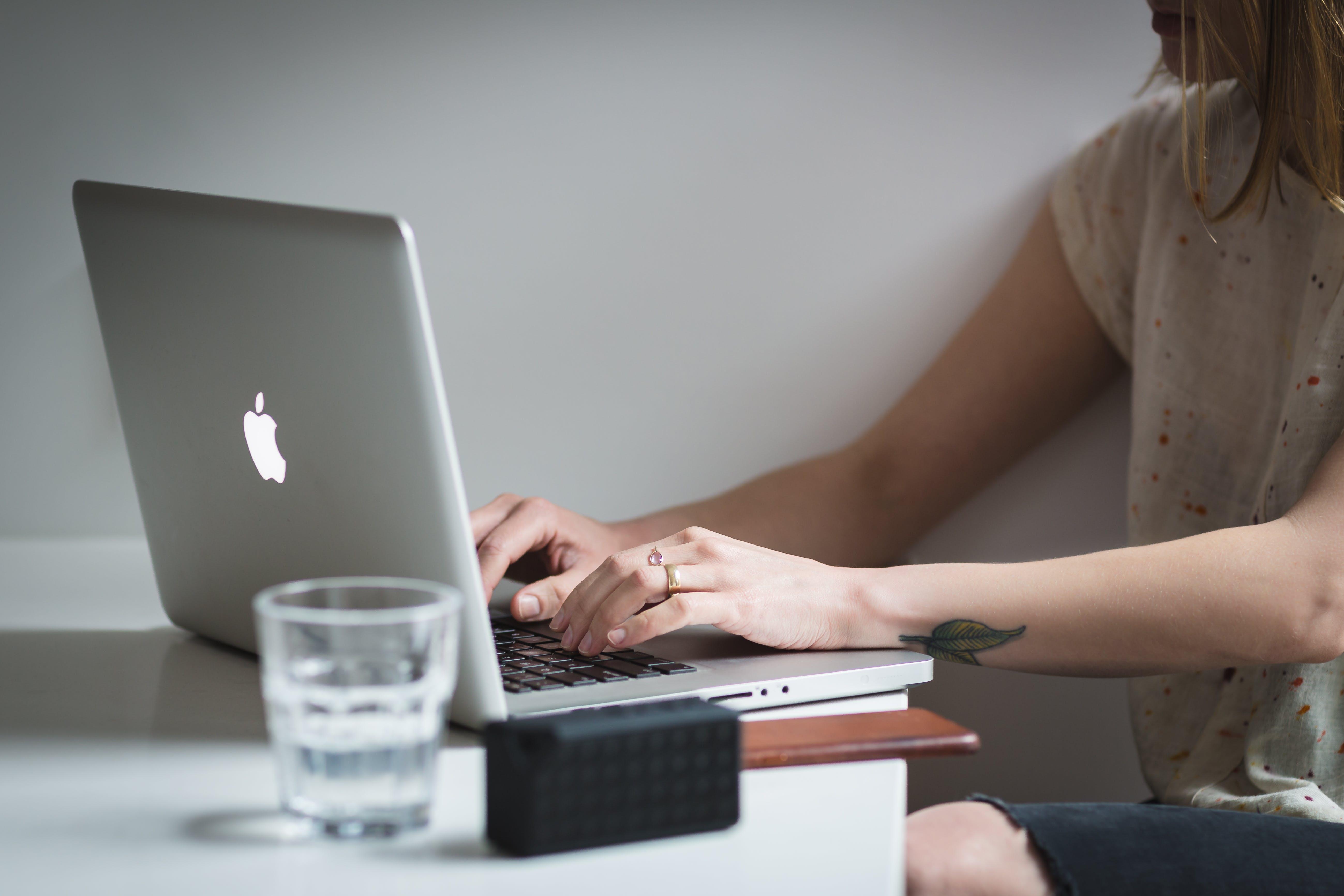 Kostnadsfri bild av affärskvinna, arbete, avslappning, bärbar dator