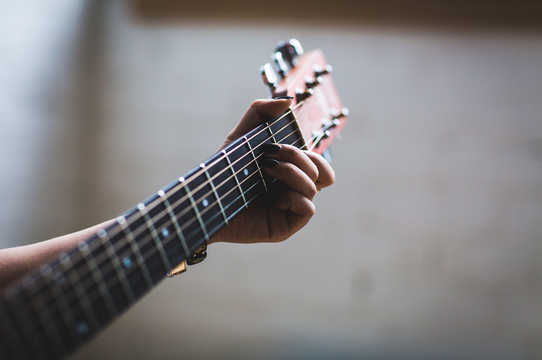 Kostenloses Stock Foto zu dof, gitarre, gitarrist, hand