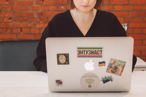 Foto profissional grátis de adulto, aluno, aprendiz, computador
